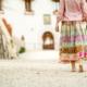 mujer camimando casa rural lujo Can Vital